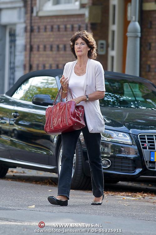 NLD/Amsterdam/20110927 - Gretta Duisenberg - Nieuwenhuizen parkeer haar dure audi in Amsterdam