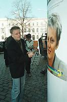 """06 MAR 2001, BERLIN/GERMANY:<br /> Fritz Kuhn, B90/Gruene Bundesvorsitzender, plakatiert ein Plakat mit Renate Kuenast zur Kampange  """"Ich bin dabei! Die neue Landwirtschaft"""" an eine Litfastsaeule vor der Bundesgeschäftsstelle Buendnis 90/Die Gruenen <br /> IMAGE: 20010306-01/01-37"""