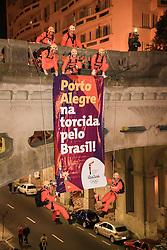 O revezamento da Tocha Olímpica passa pelo viaduto Otávio Rocha, o Viaduto da Borges, no centro de Porto Alegre, RS, onde o Grupo de Bombeiros faz rapel.  Aceso em 21 de abril, em ritual repetido a cada quatro anos em Olímpia, na Grécia, o símbolo olímpico passará por 28 cidades gaúchas de 3 a 9 de julho e será conduzido por 617 indicados no Rio Grande do Sul, começando por Erechim e se despedindo em Torres, em percurso de mais de dois mil quilômetros. Foto: Gustavo Roth / Agência Preview