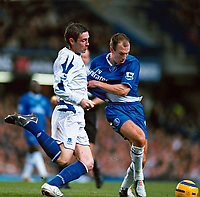 Fotball<br /> Premier League England 2004/2005<br /> Foto: Colorsport/Digitalsport<br /> NORWAY ONLY<br /> <br /> 06.11.2004<br /> Arjen Robben (Chelsea) has his shirt pulled by David Weir (Everton)<br /> Chelsea v Everton