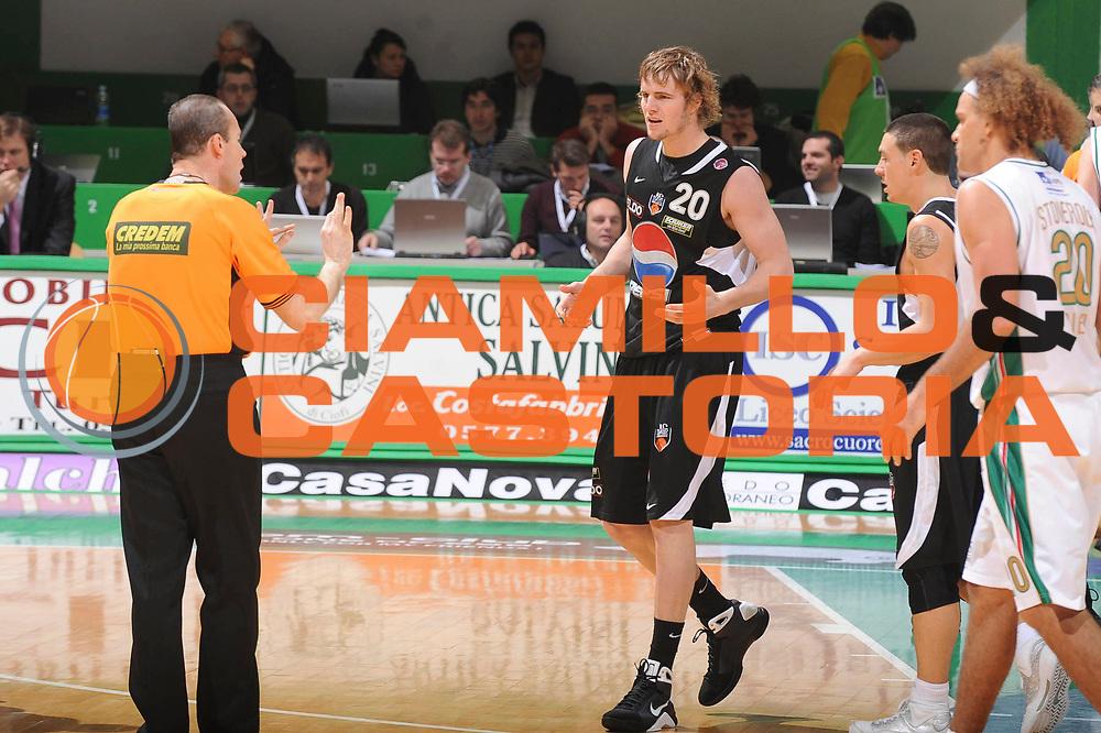 DESCRIZIONE : Siena Lega A 2009-10 Montepaschi Siena Pepsi Caserta<br /> GIOCATORE : Arbitro Aaron Doornekamp<br /> SQUADRA : Pepsi Caserta<br /> EVENTO : Campionato Lega A 2009-2010<br /> GARA : Montepaschi Siena Pepsi Caserta<br /> DATA : 10/01/2010<br /> CATEGORIA : Delusione<br /> SPORT : Pallacanestro<br /> AUTORE : Agenzia Ciamillo-Castoria/GiulioCiamillo<br /> Galleria : Lega Basket A 2009-2010<br /> Fotonotizia : Siena Campionato Italiano Lega A 2009-2010 Montepaschi Siena Pepsi Caserta<br /> Predefinita :
