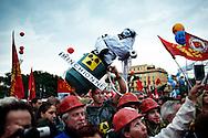 Roma, Italia - 16 ottobre 2010. Un momento della manifestazione organizzata dalla FIOM a Roma. Centinaia di migliaia di persone hanno sfilato pacificamente lungo le strade della capitale per poi confluire in Piazza San Giovanni..Ph. Roberto Salomone Ag. Controluce.ITALY - FIOM workers rally in Rome on October 16 , 2010 to protest against their working situation.