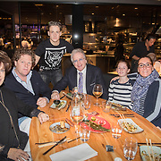NLD/Scheveningen/20171107 - Lee Towers met gezin ,Lee Towers aan het eten met partner Laura en kinderen ivm verjaardag kleinkind