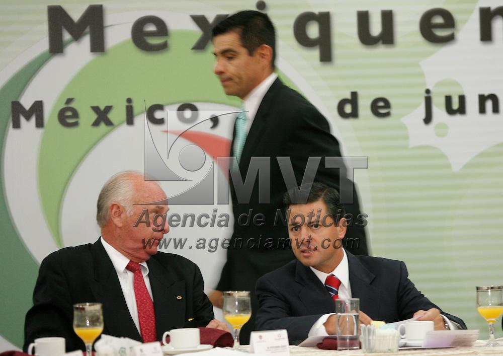 Metepec, Mex.- Peter Homberg Lehmann (izq), presidente del Consejo Coordinador Empresarial Mexiquense (CCEM), conversa con Enrique Pe&ntilde;a Nieto, gobernador del Estado de M&eacute;xico, atras Enrique Jacob Rocha, secretario de desarrollo economico, durante la entrega del premio Estatal a la Excelencia Empresarial Mexiquense. Agencia MVT / Mario Vazquez de la Torre. (DIGITAL)<br /> <br /> <br /> <br /> <br /> <br /> <br /> <br /> NO ARCHIVAR - NO ARCHIVE