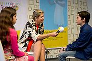 Koningin Maxima geeft startschot inzameling instrumenten op basisschool 't Palet in de Haagse Schilderswijk.De campagne is een initiatief van het programma Radio 4 Klassiek Geeft en het landelijk Instrumentendepot Leerorkest.<br /> <br /> Queen Maxima launches collection tools in primary school 't Palet in the Hague Schilderswijk.De campaign Provides an initiative of the Radio 4 program and the rural Classic Instrument Depot Leerorkest.<br /> <br /> op de foto / On the photo:  Koningin Maxima interviewt kinderen in basisschool t Palet /// Queen Maxima interviewing children in elementary school t Palet