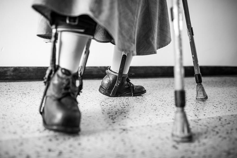 La psicólogo clínico, Carolina Mora además de tener una<br /> discapacidad por sufrir polio es docente en el Centro de Estudios Religiosos (CER) de Altamira. Carolina imparte clases de crecimiento personal a novicias de distintas congregaciones. Caracas, 12 de junio de 2014. (Foto/Ivan Gonzalez)