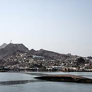 Bateau échoué dans le port d'Aden en face du quartier de Tawahi, le 12 juin 2017.