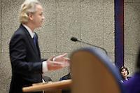 Nederland. Den Haag, 27 oktober 2010.<br /> De Tweede Kamer debatteert over de regeringsverklaring van het kabinet Rutte.<br /> Staatssecretaris van Volksgezondheid, Welzijn en Sport  Marlies Veldhuijzen van Zanten-Hyllner luistert naar Geert Wilders. De Pvv wil geen bewindslieden met een dubbel paspoort, dubbele nationaliteit. De motie zou geen meerderheid halen.<br /> Kabinet Rutte, regeringsverklaring, tweede kamer, politiek, democratie. regeerakkoord, gedoogsteun, minderheidskabinet, eerste kabinet Rutte, Rutte1, Rutte I, debat, parlement<br /> Foto Martijn Beekman