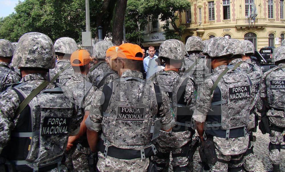 RIO DE JANEIRO - RJ - 18 DE MAIO DE 2012. Policiais reunidos na porta da delegacia do Catete para a subida do morro Nesta manh&atilde; de sexta feira a For&ccedil;a Nacional ocupa o Morro Santo Amaro situado no bairro Catete, zona sul do Rio de Janeiro.  Esta ocupa&ccedil;&atilde;o ser&aacute; uma prepara&ccedil;&atilde;o para instala&ccedil;&atilde;o de uma UPP (Unidade de Pol&iacute;cia Pacificadora) e com isso est&aacute; sendo testado um projeto piloto do Governo Federal para tratar usu&aacute;rios de droga no bairro Catete e bairros vizinhos.  Total de agente da For&ccedil;a Nacional 150 agentes que ficaram sem tempo determinado.     <br /> FOTO: RONALDO BRAND&Atilde;O/BRASIL PHOTO PRESS