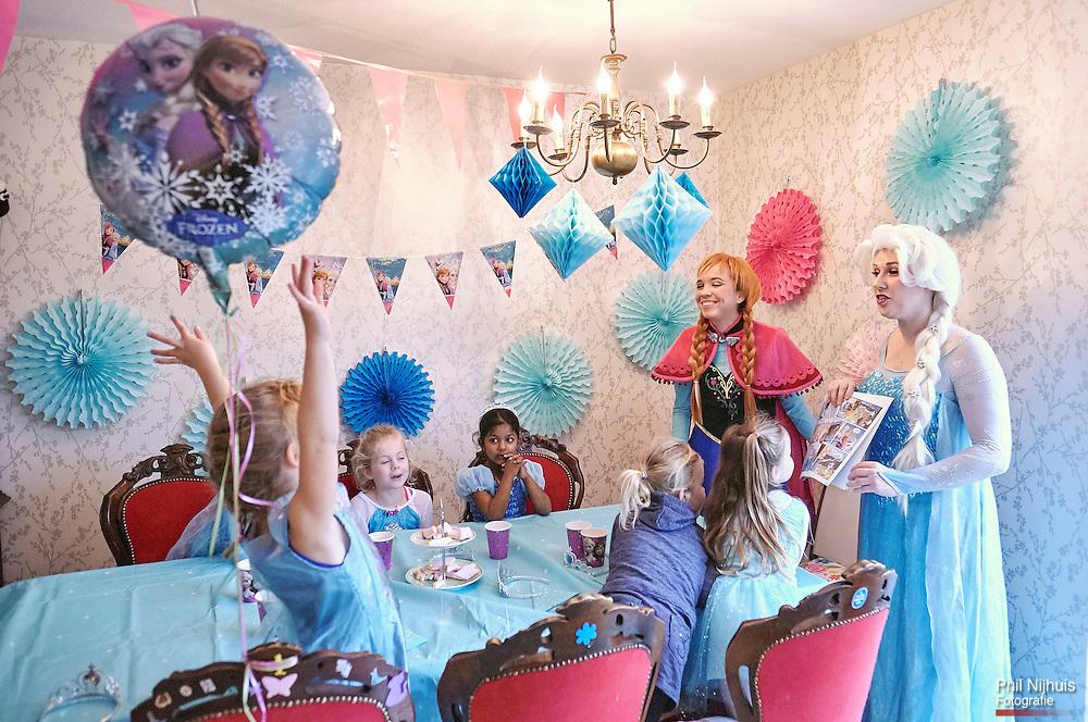 Zoetermeer , 4 november 2015 - Lotte als prinses Anne met animator Daniella als Elsa uit Frozen. Foto: Phil Nijhuis