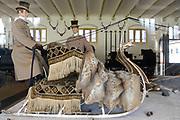 Paleis Het Loo is een voormalig koninklijk paleis en thans nationaal museum, gelegen aan de rand van de stad Apeldoorn bij de gelijknamige wijk Het Loo. Paleis Het Loo is eigendom van de Staat (Rijksgebouwendienst) en behoort tot de Top 100 der Nederlandse UNESCO-monumenten. Zilveren Slee van Koningin Emma ////////  The Loo Palace is a former royal palace, now a national museum, located on the outskirts of the city of Apeldoorn in the same district of Het Loo. Het Loo Palace is owned by the State (RGD) and ranks among the Top 100 of the Dutch UNESCO monuments.<br /> <br /> Op de foto / On the photo:  Stallen bij het paleis met een  grote collectie rijtuigen uit het bezit van het Koninklijk Staldepartement / Stables at the palace with a large collection of carriages from the possession of the Royal Stables. Silver Sled Queen Emma