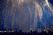 Nederland, Nijmegen, 15-7-2014Voor het eerst sinds 2012 wordt tijdens de zomerfeesten van de 4daagsehet traditioneel groot vuurwerk gegeven. De Waal in vlammen. Op de waalkade, het valkhof en de oever van de rivier aan de kant van Lent staan tienduizenden mensen het spectakel te bewonderen.Foto: Flip Franssen/Hollandse Hoogte