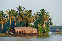 Inde, Etat du Kerala, Allepey, backwaters, houseboat pour touriste construit dans le style des anciens bateaux de transport de riz. // India, Kerala state, Allepey, backwaters, houseboat for tourist