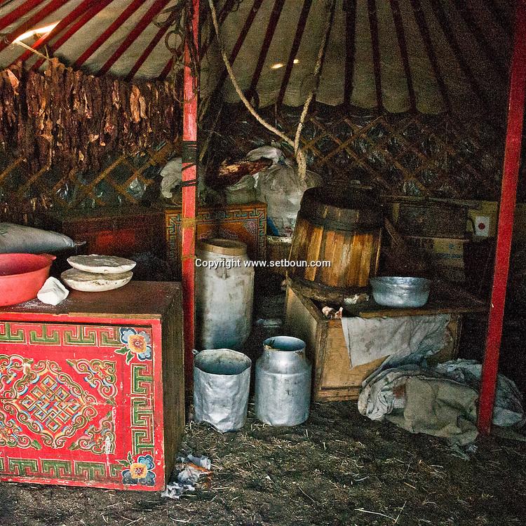 Mongolia. decoration inside the yurt ; Gambolt family; cattle breeder in Uyanga area, daily life in the yurt  aymak -   /  interieur de yourte. La famille Gambolt . famille d'eleveurs dans la region de Uyanga. vie quotidienne dans la yourte  ovorkangai province - Mongolie /  L0009102L