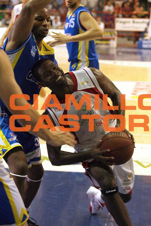 DESCRIZIONE : Pistoia Lega A2 2011-12 Giorgio Tesi Group Pistoia Assi Basket Ostuni<br /> GIOCATORE : Jones Bobby<br /> SQUADRA : Giorgio Tesi Group Pistoia<br /> EVENTO : Campionato Lega A2 2011-2012<br /> GARA : Giorgio Tesi Group Pistoia Assi Basket Ostuni<br /> DATA : 02/10/2011<br /> CATEGORIA : Penetrazione<br /> SPORT : Pallacanestro<br /> AUTORE : Agenzia Ciamillo-Castoria/Stefano D'Errico<br /> Galleria : Lega Basket A2 2011-2012 <br /> Fotonotizia : Pistoia Lega A2 2011-2012 Giorgio Tesi Group Pistoia Assi Basket Ostuni<br /> Predefinita :