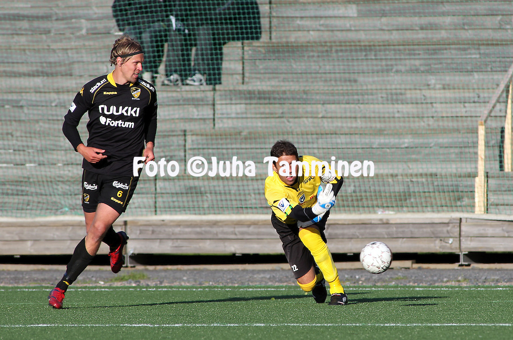 05.06.2010, Castr?n, Oulu..Veikkausliiga 2010, AC Oulu - FC Honka..Dennys Rodrigues (AC Oulu) v Hermanni Vuorinen (Honka).©Juha Tamminen.