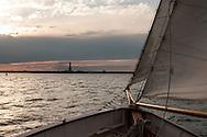 New York.  Sailing around  Manhattan on The Adirondack boat, in front of manhattan skyline  New York - United States  / Promenade en mer sur Voilier deux mats Adirondack, devant le skyline de manhattan  New York Manhattan - Etats unis