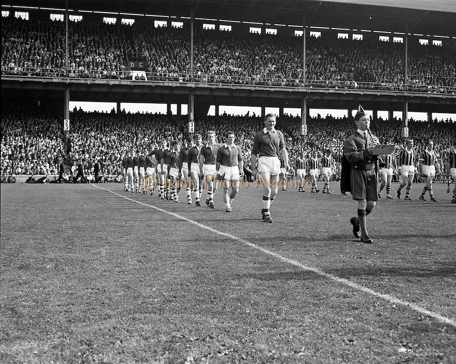 07/09/1969<br /> 09/07/1969<br /> 7 September 1969<br /> All-Ireland Senior Hurling Final: Kilkenny v Cork at Croke Park, Dublin.  <br /> Cork team on the left and Kilkenny team on the right.