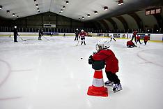 20100902 Ishockeyspiller Kim Staal træner med ishockeybørn