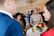 Staatsbezoek van Koning Willem Alexander en Koningin M&aacute;xima aan het Verenigd Koninkrijk<br /> <br /> Statevisit of King Willem Alexander and Queen Maxima to the United Kingdom<br /> <br /> Op de foto / On the photo:  Themagesprekken met Nederlandse inwoners Verenigd Koninkrijk voorafgaand aan het staatsbezoek in de  Residentie van de ambassadeur<br /> <br /> Theme talks with Dutch residents of the United Kingdom prior to the state visit to the Ambassador's residence