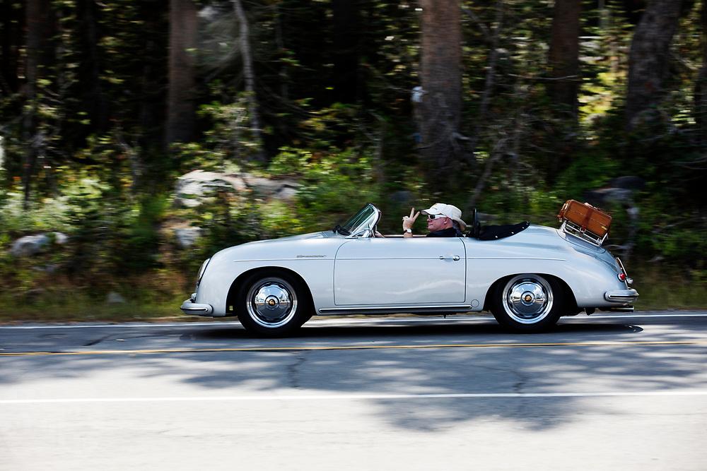 In Soda Spring, Californië, rijdt een klassieke Porsche 356 Speedster. De Porsche 356 werd ontworpen door Ferry Porsche en is de eerste productie-auto van de Duitse sportautofabrikant. Het model is in 1965 opgevolgd door de 911.<br /> <br /> In Soda Spring, California, a classic Porsche 356 Speedster pass by. The Porsche 356 was designed by Ferry Porsche and is the first production car of the German sports car manufacturer. The model was followed by the 911 in 1965.