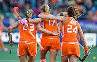 DEN HAAG -  WK Hockey Nieuw Zeeland vs Nederland. Vreugde bij Kim Lammers, Maartje Paumen en Eva de Goede na de 2-0 door Kim Lammers. ANP KOEN SUYK