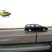 Dodelijk ongeval A27 Blaricum, lifeline 1.lifeliner, heli, helicopter, geel, nieuw, ongeluk, snelweg, rijksweg, auto, middengeleider