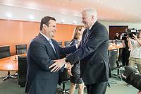29 AUG 2018, BERLIN/GERMANY:<br /> Hubertus Heil (L), SPD, Bundesarbeitsminister und Horst Seehofer (R), CSU, Bundesinnenminister, im Gespraech, vor Beginn der Kabinettsitzung, Bundeskanzleramt<br /> IMAGE: 20180829-01-016<br /> KEYWORDS: Kabinett, Sitzung, Gespräch, Handshake