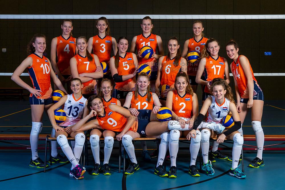 21-12-2018 NED: Photoshoot selection of Orange Young Girls, Arnhem <br /> Orange Young Girls 2018 - 2019 / Teamphoto