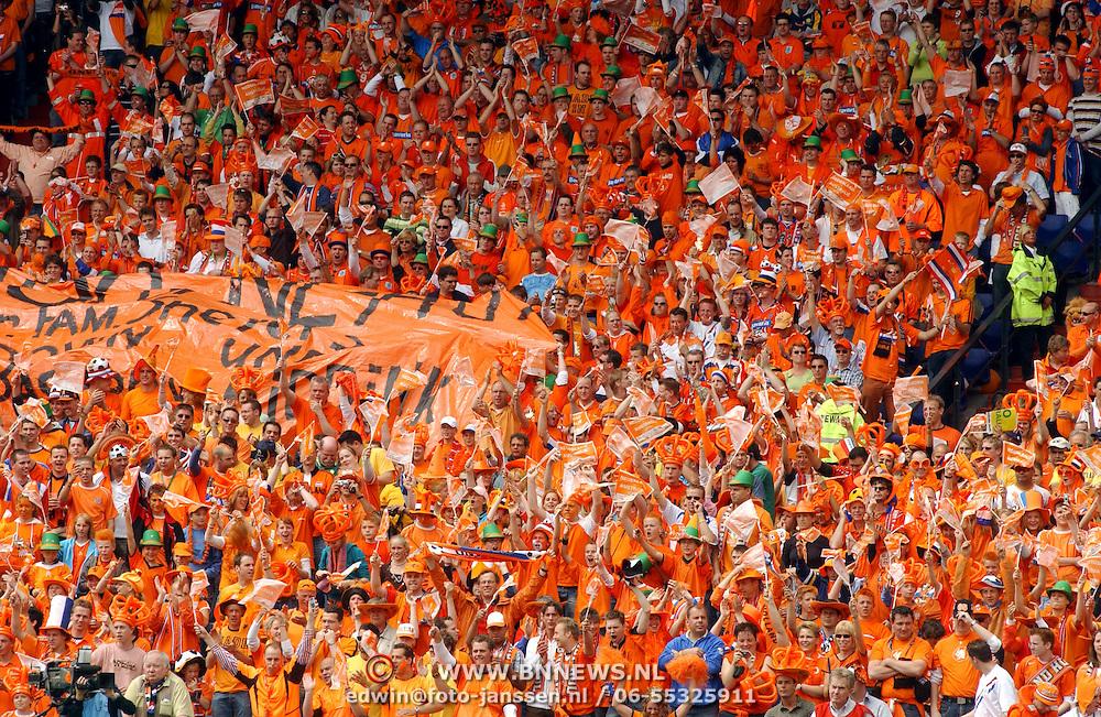 NLD/Rotterdam/20060604 - Vriendschappelijke wedstrijd Nederland - Australie, publiek, fans met oranje kleding, hoedjes