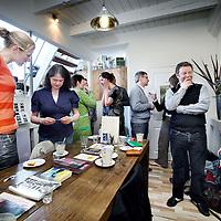 Nederland, Amsterdam , 9 april 2010..ZZP-ers komen samen koffie drinken en gezellig kletsen in cafe Koffie in Oost..Foto:Jean-Pierre Jans