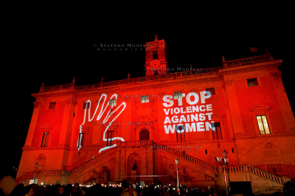 Roma  25 Novembre 2013<br /> Il Campidoglio si tinge di rosso  nella  Giornata internazionale contro la violenza sulle donne a Roma.<br /> Rome, Italy. 25th November 2013 -- The capitol in Rome glows red with a call to end violence against women is projected on the building. -- The capitol in Rome is lit red in observance of the International Day to stop violence against women.