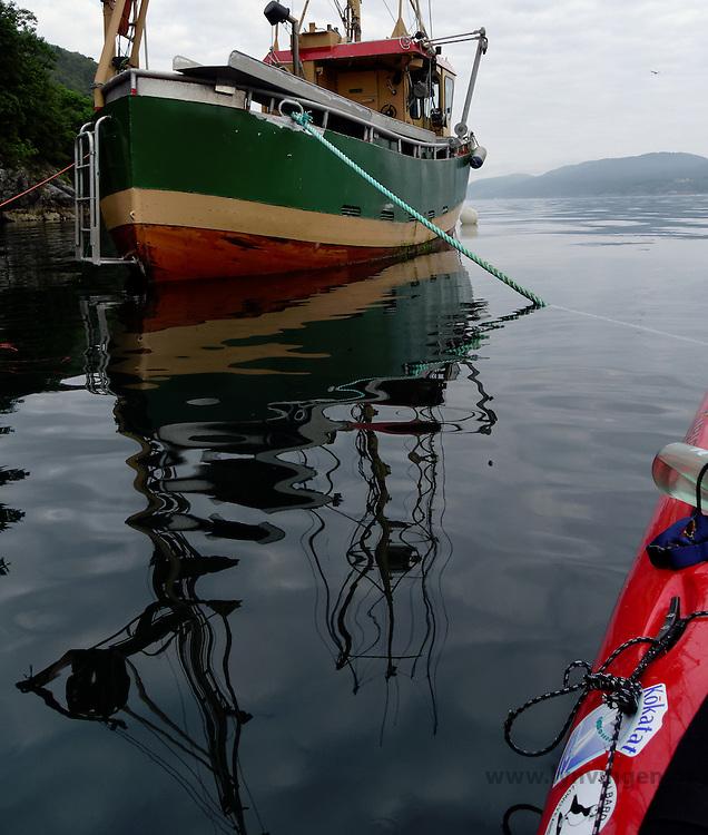 Kayak and fishing boat - kajakk og fiskebåt i Langenuen
