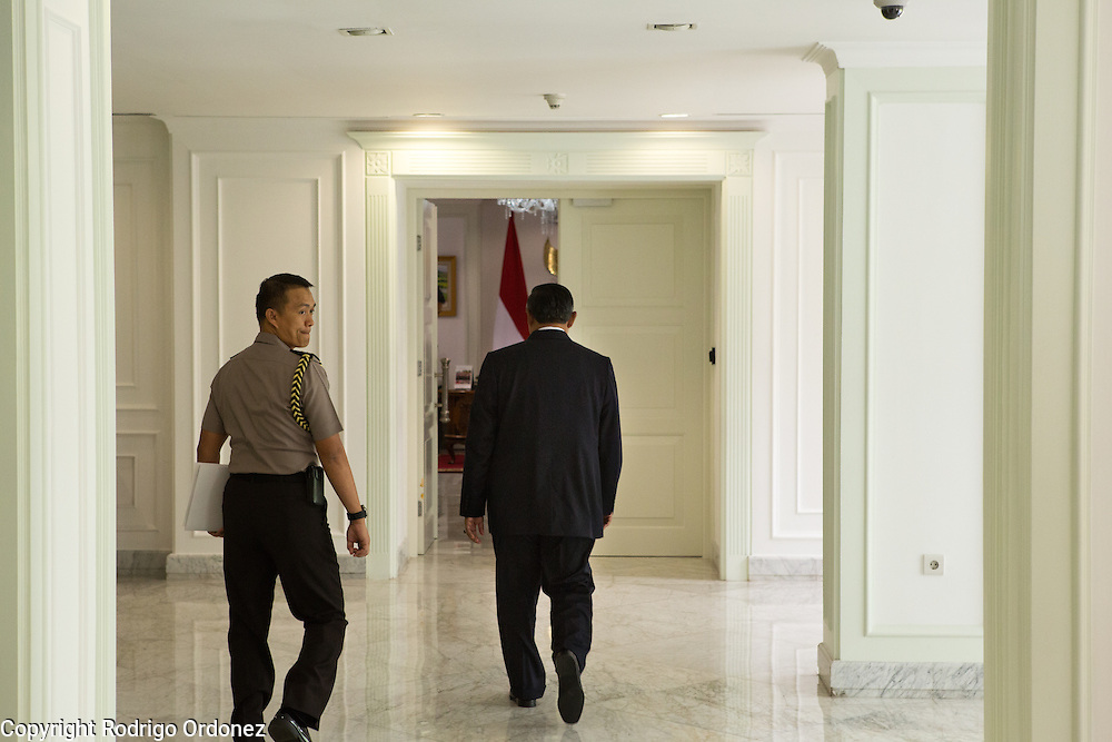 The President of Indonesia, Susilo Bambang Yudhoyono, walks back to his office at the Presidential Palace in Central Jakarta, Indonesia. <br /> Harrison Ford visited Indonesia to learn more about deforestation, as one of the correspondents for Showtime's new documentary series about climate change Years of Living Dangerously.
