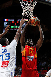 10.09.2014, Palacio de los deportes, Madrid, ESP, FIBA WM, Frankreich vs Spanien, Viertelfinale, im Bild Spain´s Ibaka (R) and France´s Diaw // during FIBA Basketball World Cup Spain 2014 Quarter-Final match between France and Spain at the Palacio de los deportes in Madrid, Spain on 2014/09/10. EXPA Pictures © 2014, PhotoCredit: EXPA/ Alterphotos/ Victor Blanco<br /> <br /> *****ATTENTION - OUT of ESP, SUI*****