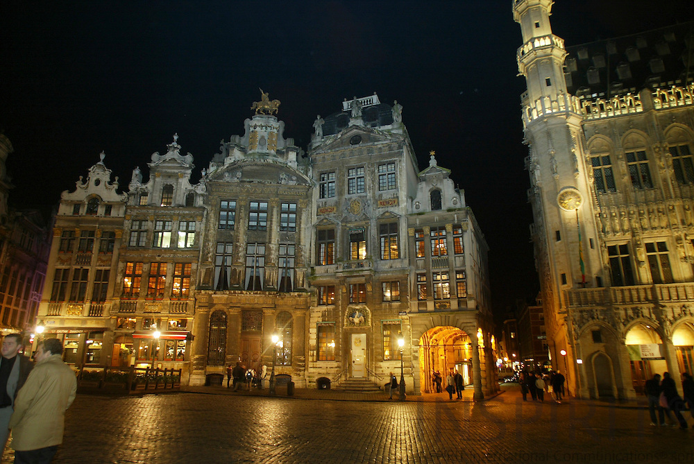BRUSSELS - BELGIUM - 16 FEBRUARY 2006 -- Grand Place by night. PHOTO: ERIK LUNTANG / INSPIRIT Photo