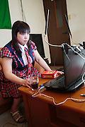MUKBANG - JAPAN<br /> VJ Miko s&auml;nder live n&auml;r hon &auml;ter framf&ouml;r sin dator. Fenomenet kallas 'mukbang' och det &ouml;kar i popul&auml;ritet i Japan och Korea. Vj Mikos specialite &auml;r att &auml;ta snabbt. Hon &auml;ter extremt starka snabbnudlar p&aring; en minut, en annan spcialite som hon har &auml;r att &auml;ta stora m&auml;ngder minikorvar.