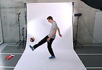 Volleyball 1. Bundesliga  Saison 2019/2020  Media Day Fotoshooting  TV Rottenburg  06.09.2019 Pressesprecher Moritz Liss spielt Fussball