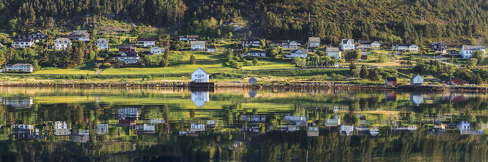 Panoramic view at Remøy, nearby Fosnavåg, Norway. Early morning light with reflections in the sea | Nydelig morgenlys på Remøy, med spegling i sjøen