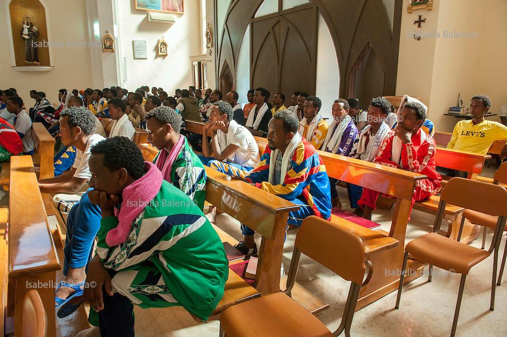 Lampedusa ott 2013, Italia Sicilia. Lampedusa island, Italy, Sicily oct 2013. Messa per i migranti eritrei tenuta da Padre Musie nella Chiesa di San Gerlando. Mess for eritrean migrants by Father Musie in Saint Gerlando church.