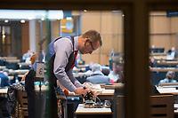 DEU, Deutschland, Germany, Berlin, 02.04.2020: Carsten Schatz (Die Linke) sucht sich auf dem Tisch von Anne Helm (Die Linke) eine selbstgenähte Atemschutzmaske aus. Plenarsitzung im Abgeordnetenhaus von Berlin. Aktuelle Stunde zu den wirtschaftlichen und sonstigen finanziellen Hilfen in der Corona-Krise. Um Ansteckungen mit dem Coronavirus zu vermeiden, sitzen die Politiker mit Abstand zueinander.