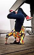 Retrato de mujer joven en posición de breakdance. Sesión en el muelle Barón de Valparaíso, Chile.