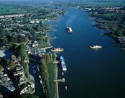 Nederland, Zuid-Holland, Schoonhoven, 17-10-2003; luchtfoto (25% toeslag); rivier de Lek met pontveer tussen Schoonhoven en Gelkenes (rechts), rechtsboven Nieuwpoort; op de rivier een dubbel duwbak, het blauwe cruise schip ligt voor anker; kribben, strekdam, meander,..waterbeheer, binnenvaart, goederen vervoer, infrastuctuur, verkeer; landschap..Foto Siebe Swart