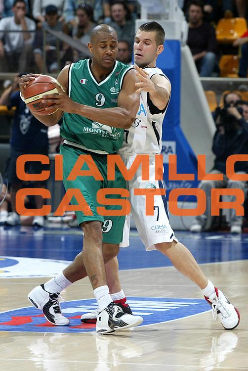 DESCRIZIONE : Bologna Lega A1 2005-06 Climamio Fortitudo Bologna Montepaschi Siena<br />GIOCATORE :Thomas<br />SQUADRA : Montepaschi Siena<br />EVENTO : Campionato Lega A1 2005-2006 <br />GARA :Climamio Fortitudo Bologna Montepaschi Siena<br />DATA : 07/05/2006 <br />CATEGORIA : Difesa<br />SPORT : Pallacanestro <br />AUTORE : Agenzia Ciamillo-Castoria/L.Villani