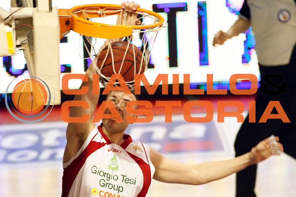 DESCRIZIONE : Pistoia Lega A2 2011-12 Giorgio Tesi Group Pistoia Trenkwalder Reggio Emilia<br /> GIOCATORE : Tavernari Jonathan<br /> SQUADRA : Giorgio Tesi Group Pistoia<br /> EVENTO : Campionato Lega A2 2011-2012<br /> GARA : Giorgio Tesi Group Pistoia Trenkwalder Reggio Emilia<br /> DATA : 18/03/2012<br /> CATEGORIA : Schiacciata<br /> SPORT : Pallacanestro<br /> AUTORE : Agenzia Ciamillo-Castoria/Stefano D'Errico<br /> Galleria : Lega Basket A2 2011-2012 <br /> Fotonotizia : Pistoia Lega A2 2011-2012 Giorgio Tesi Group Pistoia Trenkwalder Reggio Emilia<br /> Predefinita :