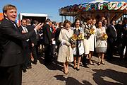Koninginnedag 2007 in het vestingsstadje Woudrichem / Queensday 2007 in the small village Woudrichem.<br /> <br /> Op de foto / On the Photo; Willem Alexander en Prins Margriet (l) met haar schoondochters vlnr Anita, Marilene, Aimee en Annett