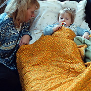 NLD/Huizen/20010406 - Ziek kind op bed met een speen en dekentje, kinderziekte, infiraal, infectie, verkouden, kussen, moeder, mama, lichaam, zorgen, griep,