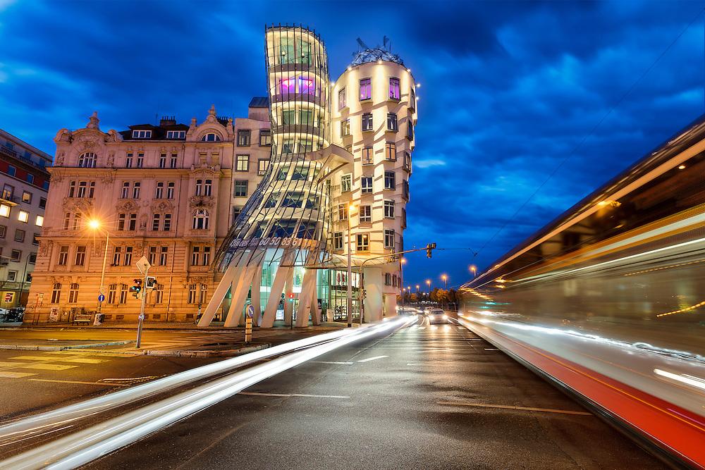Tanzendes Haus in Prag bei Nacht