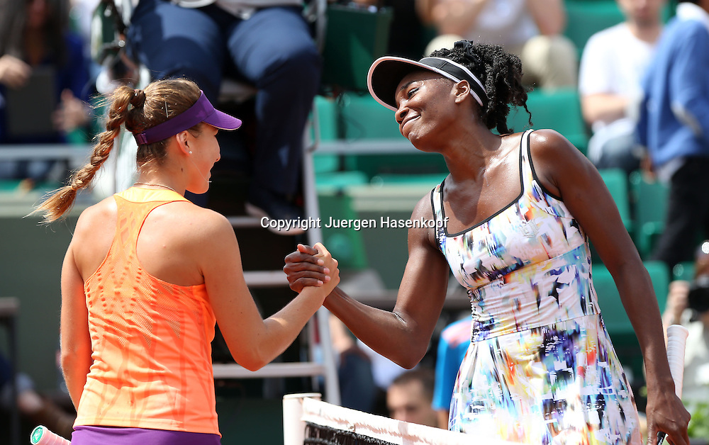 French Open 2014, Roland Garros,Paris,ITF Grand Slam Tennis Tournament,<br /> L-R.Belinda Bencic (SUI) schuettelt der Siegerin Venus Williams (USA) die Hand,<br /> Halbkoerper,Querformat,