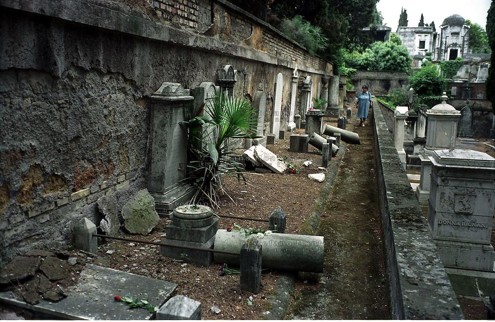 Roma 17 Luglio 2002.Cimitero monumentale del Verano.Profanate 50 tombe al cimitero ebraico..Rome, July 17, 2002.Verano monumental cemetery.Desecrated 50 graves at Jewish cemetery..